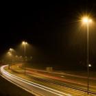 In het donker de weg op