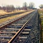 Spoorweg van ballastbed, bielzen en rails