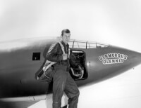 Chuck Yeager voor de Bell X-1 / Bron: U.S. Air Force photo, Wikimedia Commons (Publiek domein)